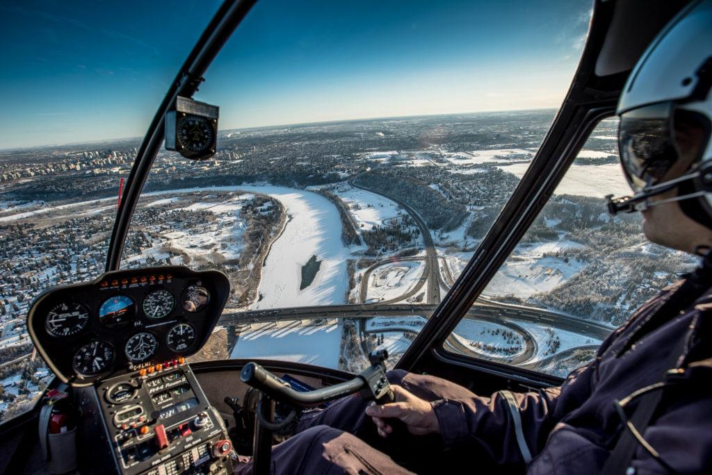 Uitzicht over Edmonton en de omgeving vanuit een helikopter