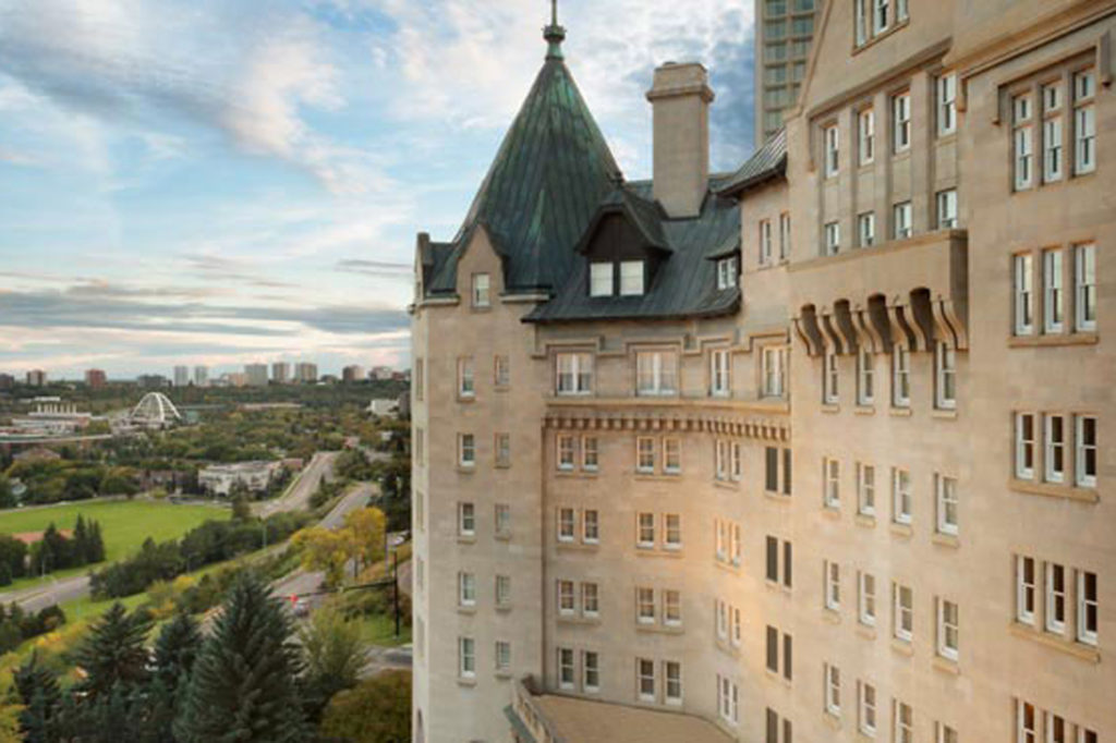 De buitenkant van het Fairmont hotel Macdonald
