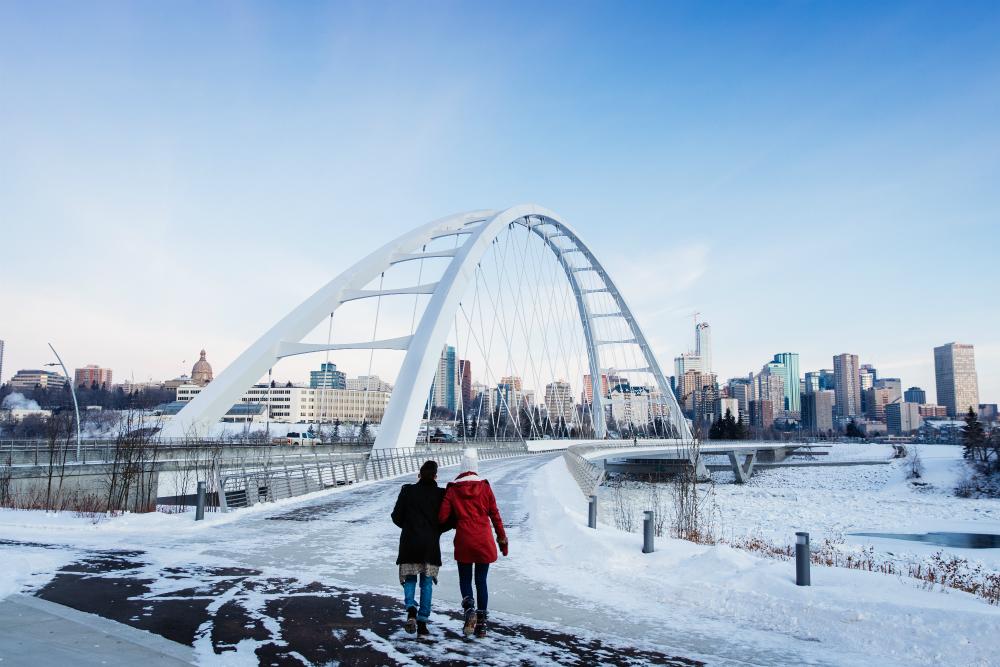 Walterdale Bridge met de skyline van Edmonton op de achtergrond